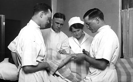 Photo of Mayo Clinic physicians and a nurse examining a patient in 1916