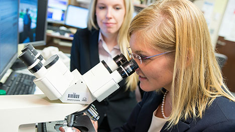 Photo of Mayo Clinic Internal Medicine residents looking through microscope