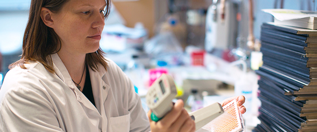 Photograph of a transplant researcher in the lab at Mayo Clinic